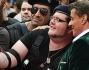 Sylvester Stallone si concede ad un selfie con alcuni fan vestiti come i personaggi del film