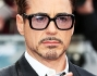 Robert Downey Jr scherza con i fotografi sul red carpet
