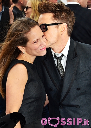 Robert downey jr baci e abbracci sul red carpet con la for Baci e abbracci immagini