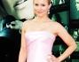Kristen Bell avvolta in un abito rosa chiaro, con un evidente spacco laterale