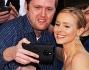 Kristen Bell si lascia immortalare con un fan durante il red carpet
