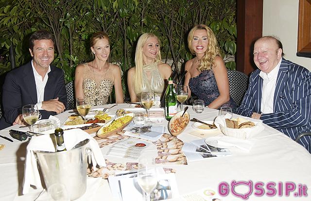 Valeria Marini durante la serata al tavolo con i suoi ospiti prima della sfilata