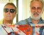 Enzo Iacchetti e Marco Lodola mostrano un pareo con le 3 scimmiette famose