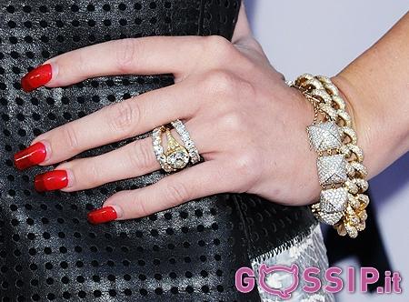 Miley cyrus e liam hemsworth insieme sul red carpet lei for Anelli di fidanzamento famosi