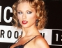 Taylor Swift bellissima sul red carpet di Brooklyn in mise anni '50