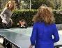 Milena Miconi e Mauro Graiani giocano a ping pong con le piccole