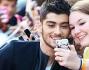 Zayn Malik si fa fotografare insieme ad una fan al settimo cielo vicina al suo idolo