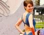 Shailene Woodley in un particolare abito blu di Stella McCartney che ha risaltato la sua silhouette