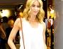 Elena Santarelli per la serata ha optato per un look estivo total white ed accessori in cuoio