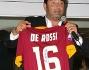 Max Giusti durante l'asta con la maglia autografata di Daniele De Rossi