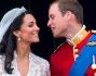 I due sposini salutano la folla dal balcone di Buckingham Palace