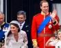 William e Kate insieme ai genitori della sposa, al principe Carlo e alla regina Elisabetta II salutano i sudditi dal balcone Buckingham Palace