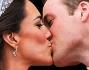 William e Kate si sono scambiati un bacio romantico dal balcone di Buckingham Palace davanti a migliaia di persone entusiaste