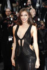 Irina Shayk sexy sul red carpet a Cannes: foto