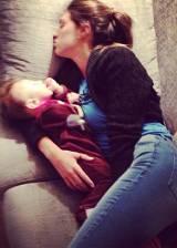 Cecilia sul divano dorme con Santiago