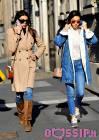 Le sorelle Buccino, Cristina e Donatella, casual a Milano: con il freddo non si scoprono
