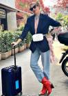 Alessia Marcuzzi per viaggiare sceglie un look sbarazzino con codini