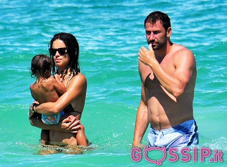 Adriana lima con in braccio la piccola valentina ed il for Adriana lima marito