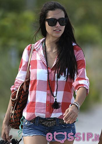 Adriana lima si gode il sole in bikini a miami foto e gossip for Adriana lima marito