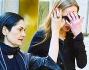 Allegra Versace si copre il volto e si fa proteggere anche dalla sua accompagnatrice mentre cammina