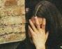 Salvatore Angelucci si gira per avvistare i paparazzi mentre Francesca Fioretti visibilmente turbata si compre il volto con una mano