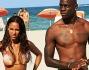 Fanny Neguesha e Mario Balotelli si allontanano dalla spiaggia tampinati dai paparazzi