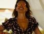 Barbara D'Urso avvista i paparazzi che la stanno 'spiando' e regala un bel sorriso a favore di obiettivo