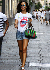 Laura Barriales, shopping in shorts a Milano: le foto