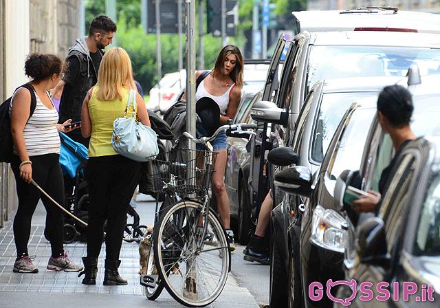 Jet privato belen rodriguez : Belen è l ultima a salire in auto eccola con borsa e