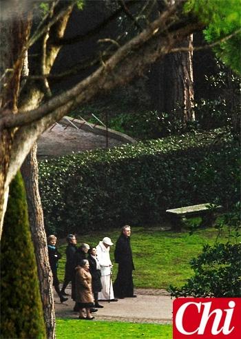 Joseph ratzinger passeggia con monsignor georg da papa - Il sole nel giardino ...