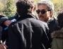Una folla di giornalisti si accalca su Beppe Fiorello per avere notizie dello showman