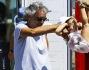 Andrea Bocelli ha giocato insieme alla figlia Virginia mentre aspettava la consorte fuori dal ristorante