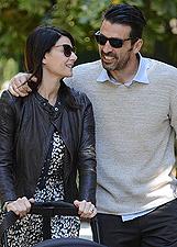 Ilaria D'Amico e Gigi Buffon, passeggiata e shopping con Leopoldo Mattia a Milano