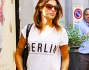 Casual passeggia per le vie di Milano Elisabetta Canalis intenta a curare gli ultimi particolari delle nozze