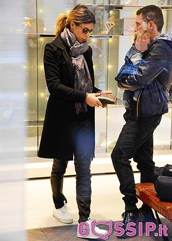 Brian Perri coccola la piccola Skyler mentre Eli si prova alcune calzature da Casadei