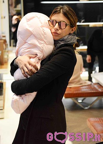 Eli protegge la piccola Skyler sia dal freddo che dagli sguardi indiscreti