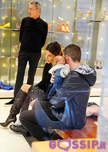 Elisabetta Canalis e Brian Perri fanno shopping da Casadei insieme alla piccola Skyler