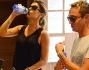 Sosta al bar per una bella bottiglia d'acqua fresca: Elisabetta Canalis e Pietro Tavallini