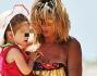 Maddalena Corvaglia con la piccola Jamie Carlyn in braccio fa ritorno verso casa