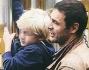 Daniele Pecci al parco si diverte con il figlio Francesco che sale e scende dallo scivolo e l'altalena