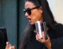 Bibita energetica e bustina di smalti alla mano per una Demi Moore dal look al quanto discutibile