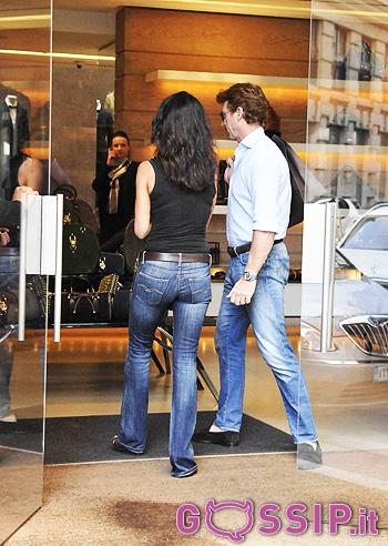 Dopo tanto camminare Elena Guarnieri entra in una boutique