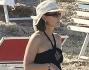 Elena Sofia Ricci si protegge dal sole con occhiali e cappello