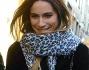 Eleonora Pedron sorride imbarazzata ai paparazzi che l'hanno avvistata in compagnia di un'amica