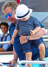 Elton John, continua la vacanza con David e i due figli a Saint Tropez: foto