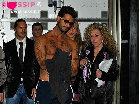Fabrizio Corona si cambia una maglietta e mostra involontariamente il