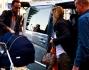 Francesco Facchinetti e Wilma Faissol prendono un'altra auto per recarsi in stazione