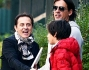 E' un'atmosfera felice quella di casa Marcuzzi che vede protagonisti: Simone Inzaghi col figlio Tommaso e Roby Facchinetti nonno della piccola Mia