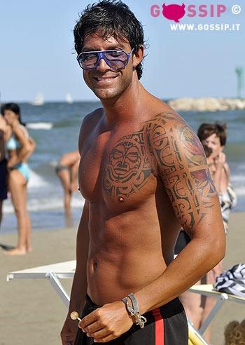 ex tronista Francesco Lucchi in spiaggia a Milano Marittima si ...