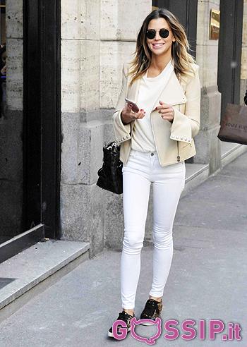 Look casual primaverile prettamente white per Claudia Galanti